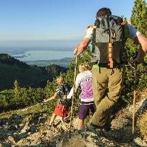 Adultes en randonnée en montagne