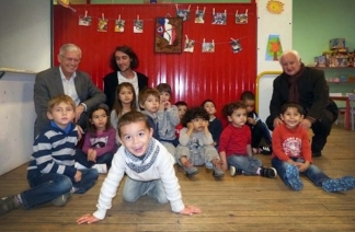 Les jeunes artistes avec les élus et le responsable LE&C Grand Sud / Photo DDM