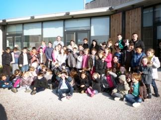 Les enfants avec leurs éducateurs devant le centre de loisirs de Quint-Fonsegrives / Photo DDM