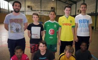 Justin Peyrard et les jeunes de l'atelier futsal du Point Jeunes / Photo DDM, C. C.