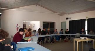 Enseignants et animateurs autour d'une table ronde / Photo DDM