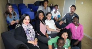 Prêts pour projection, ces jeunes Plaisançois participent au Ciné nomade proposé par des jeunes pour des jeunes, soutenus par les animateurs des structures jeunesse de la ville / Photo DDM